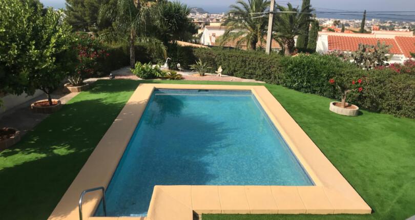 Villa in Denia zum Verkauf. Meerblick und Pool. Ruhige Anlage.